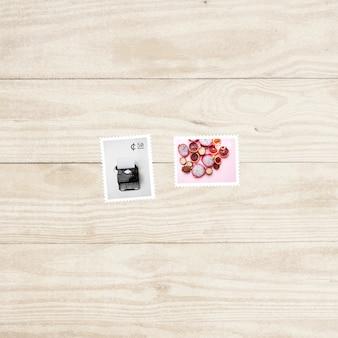 Francobolli su sfondo di legno
