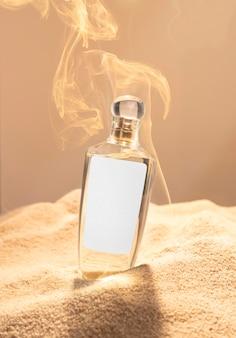 Frasco de perfume en arena.