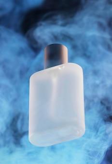 Frasco de perfume y humo azul.