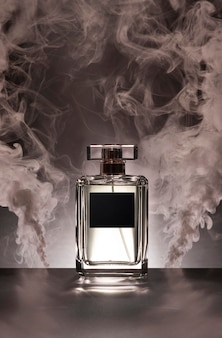 Frasco de perfume y humo rosa.