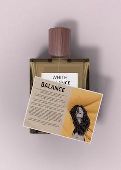 Frasco de perfume maqueta con descripción