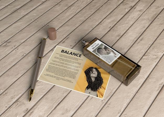 Frasco de perfume con tarjeta descriptiva.