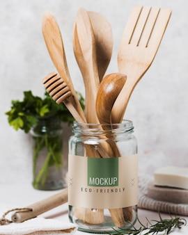 Frascos con utensilios de cocina e ingredientes.