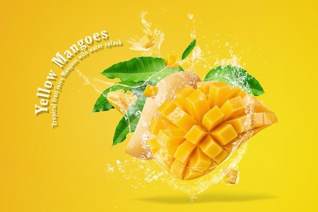 Fruto de mango con cubos de mango y rodajas aislado sobre fondo blanco.