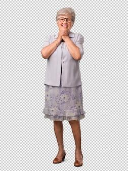 Full body senior vrouw erg blij en opgewonden, het verhogen van de armen, het vieren van een overwinning of succes, het winnen van de loterij