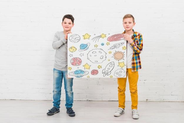 Full shot simpatici bambini con disegno
