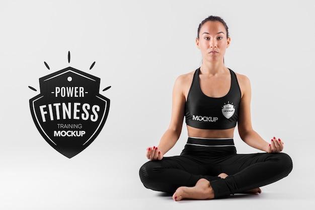 Full shot vrouw meditatie pose