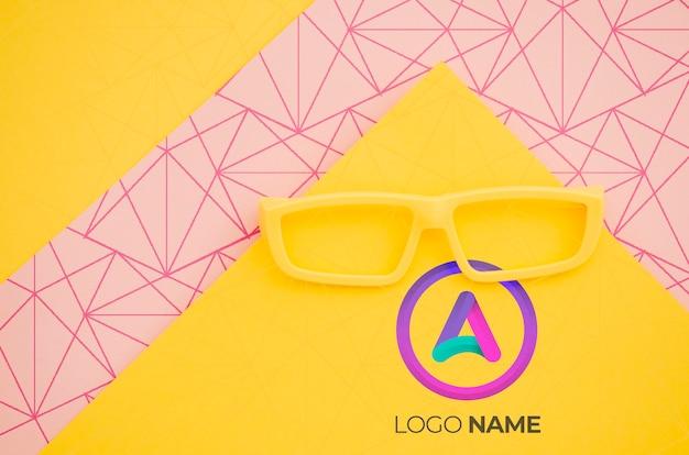 Gafas amarillas con diseño de logotipo minimalista.