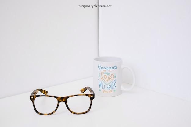 Gafas enfrente de taza