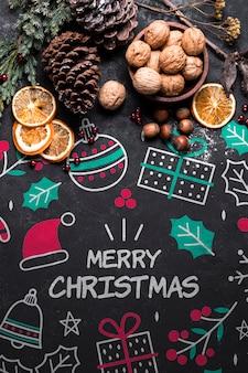 Galletas de navidad y corona en la mesa