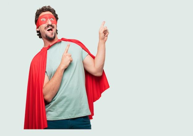 Gekke man als een superheld gesturing overwinning, met een gelukkige, trotse en tevreden blik op het gezicht Premium Psd