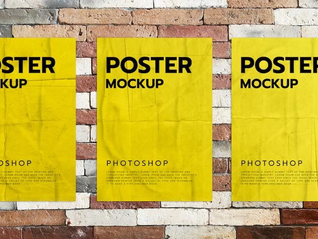 Gele posters op een bakstenen muur