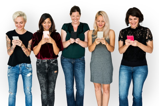 Geluk groep vriendinnen glimlachend en conneted door mobiele telefoon