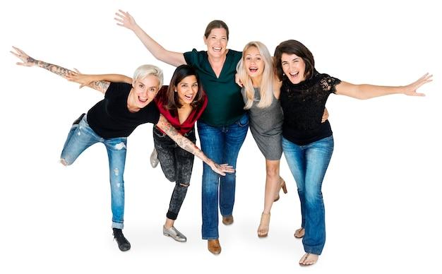 Geluk groep vrouwen armen gestrekt en knuffelen speels