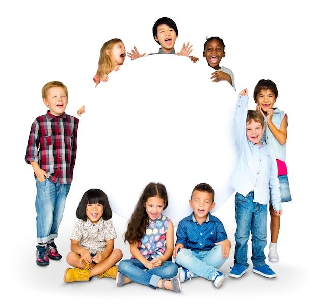 Gelukgroep leuke en schattige kinderen met exemplaarruimte