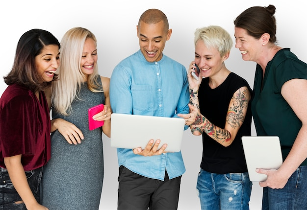 Gelukgroep mensen glimlachend en conneted door digitale apparaten