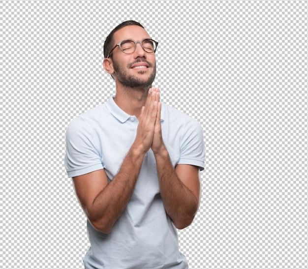 Gelukkig jonge man bidden