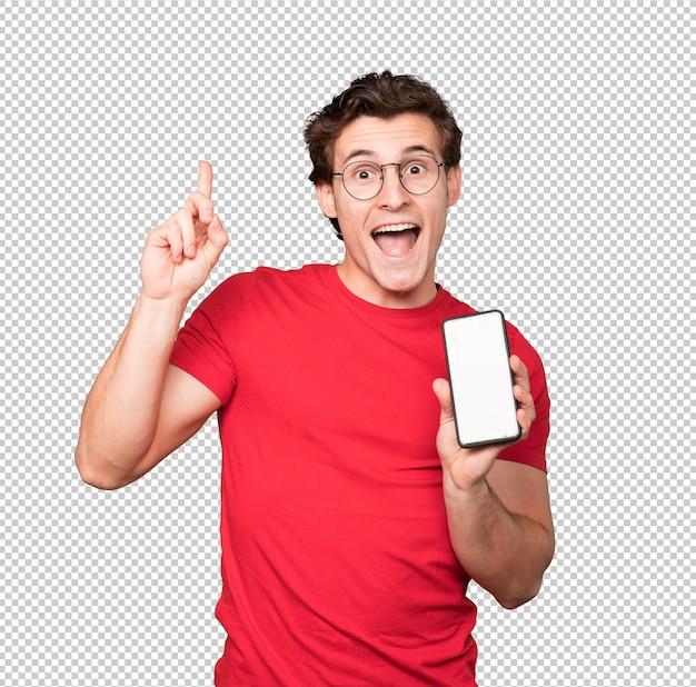 Gelukkig jonge man met behulp van een mobiele telefoon en omhoog