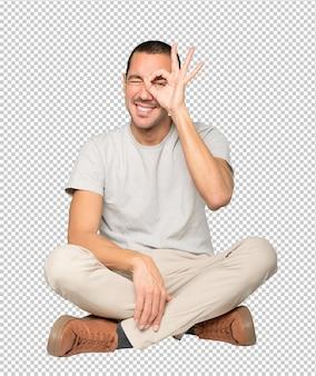 Gelukkig jonge man met zijn handen als een verrekijker