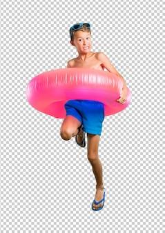 Gelukkig kind op de zomervakantie springen