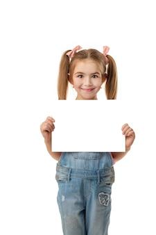 Gelukkig leuk kindmeisje dat lege spatie houdt