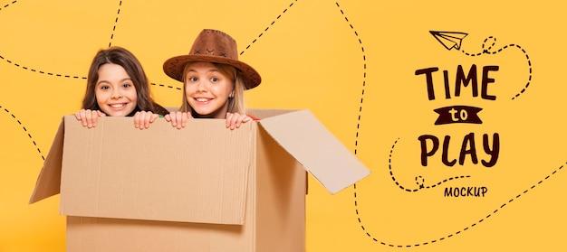 Gelukkig meisje in kartonnen doos