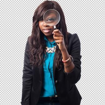 Gelukkig zwarte vrouw met vergrootglas