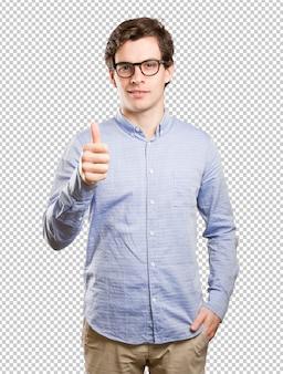 Gelukkige jonge mens met omhoog duimen