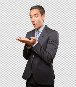 Gelukkige jonge zakenman die gebaar toont