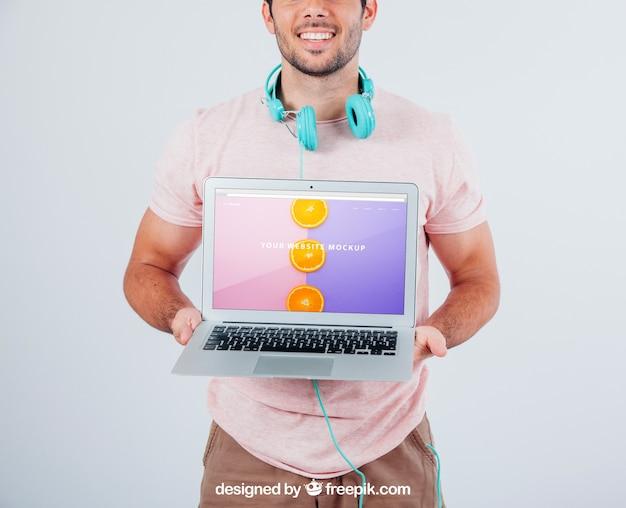 Gelukkige kerel houden laptop's mock up