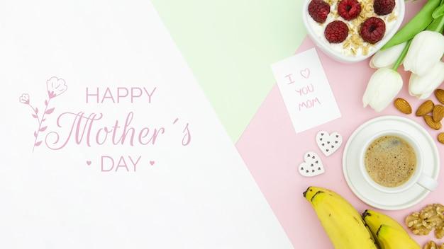 Gelukkige moederdag met koffiekopje en ontbijt