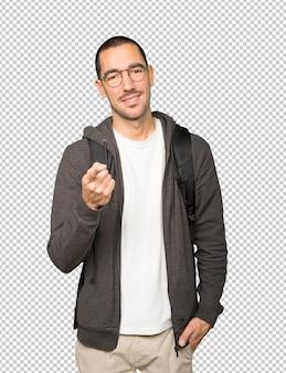 Gelukkige student die met zijn vinger naar jou wijst