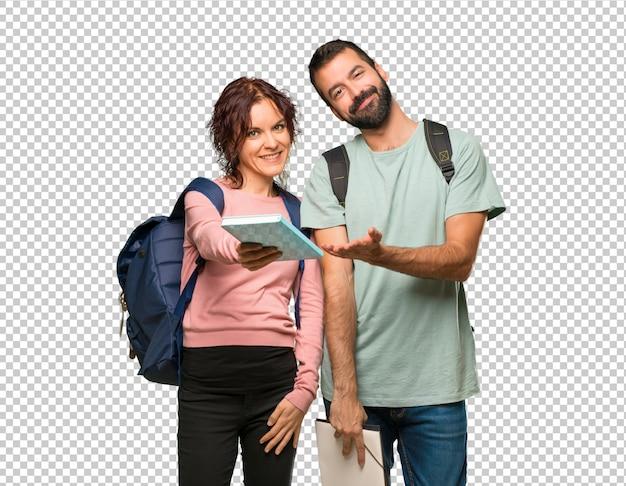 Gelukkige twee studenten met rugzakken en boeken