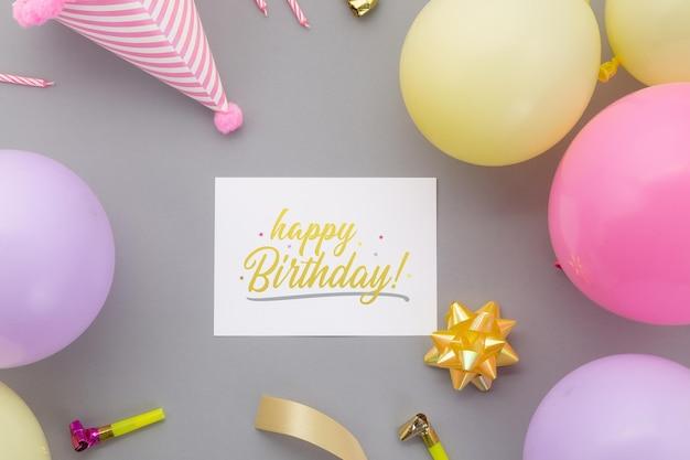 Gelukkige verjaardag achtergrond, plat lag feestdecoratie met flyer uitnodigingskaart mockup sjabloon.
