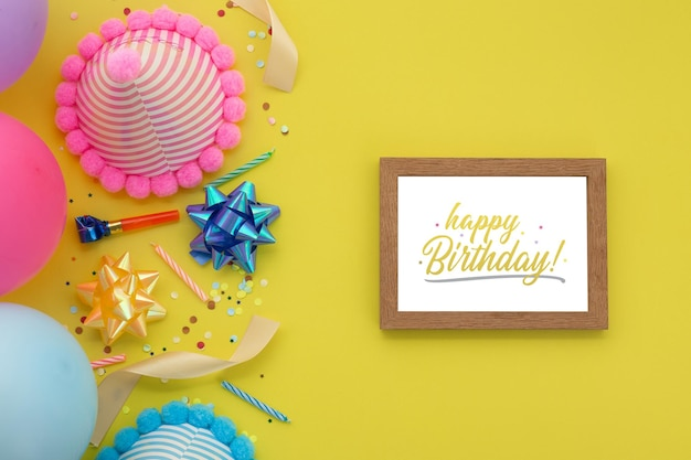 Gelukkige verjaardag achtergrond, plat lag feestdecoratie met fotolijst mockup sjabloon.