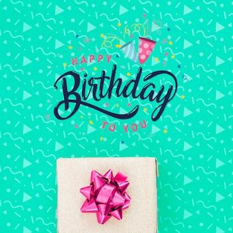 Gelukkige verjaardag bericht naast geschenk