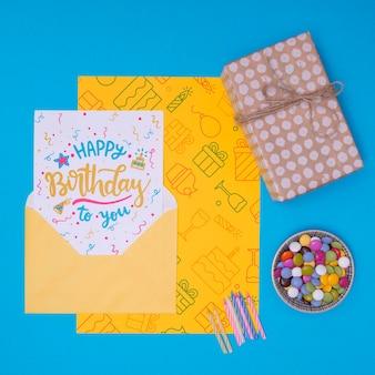 Gelukkige verjaardag mock-up cadeau met cake kaarsen