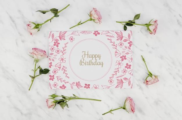 Gelukkige verjaardag mock-up en rozen Gratis Psd