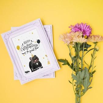 Gelukkige verjaardag mock-up met bloemen en fotolijsten