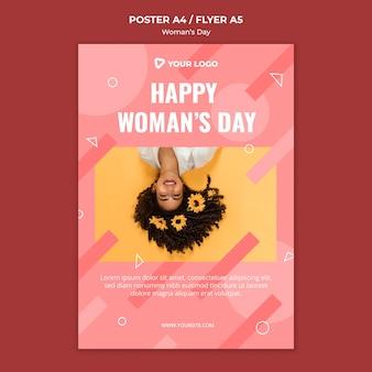Gelukkige vrouw dag poster sjabloon met vrouw met bloemen in haar haar