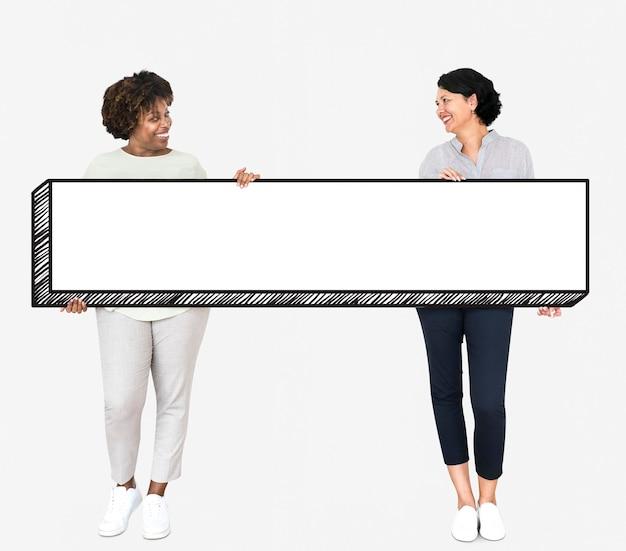 Gelukkige vrouwen die een leeg bord