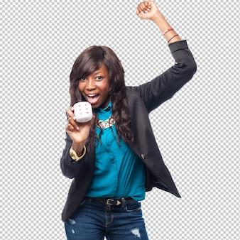 Gelukkige zwarte vrouw met dobbelstenen