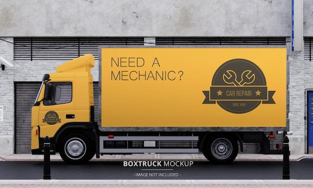 Generic box truck mockup op straat vanuit left side view