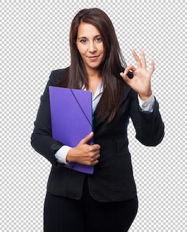 Genial mujer de negocios con carpeta
