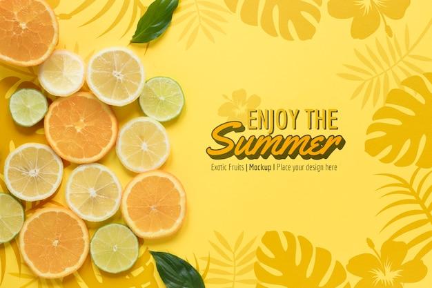 Geniet van de zomer met sinaasappels mock-up