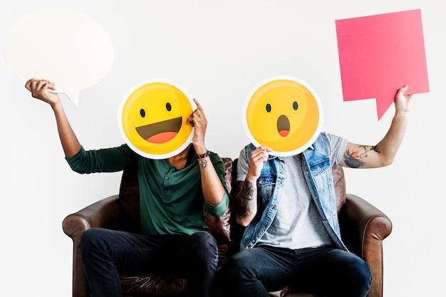 Gente alegre con icono de emoticon