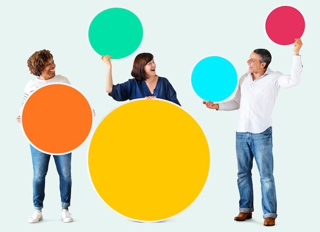 Gente diversa con coloridos círculos en blanco