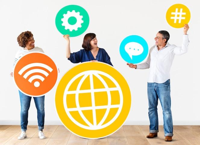 Gente diversa con iconos de redes sociales