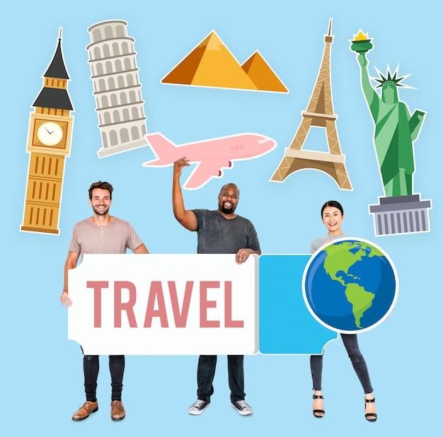 Gente diversa feliz sosteniendo iconos de viaje