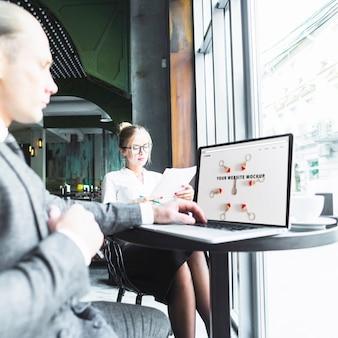 Gente de negocios con portátil